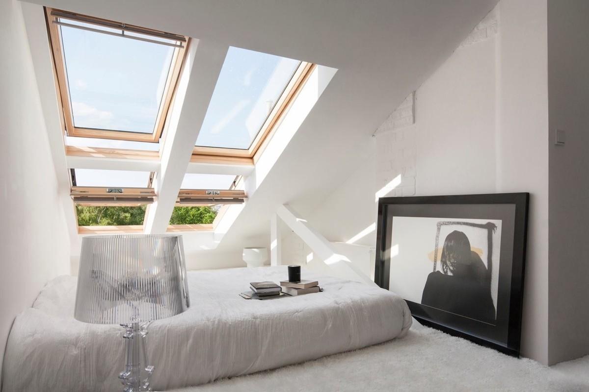 спальня в белом цвете на мансарде