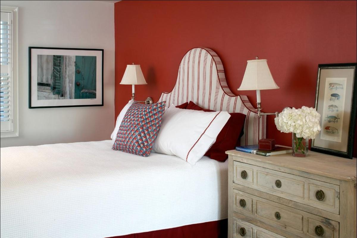 спальня в белом цвете с красной акцентной стеной