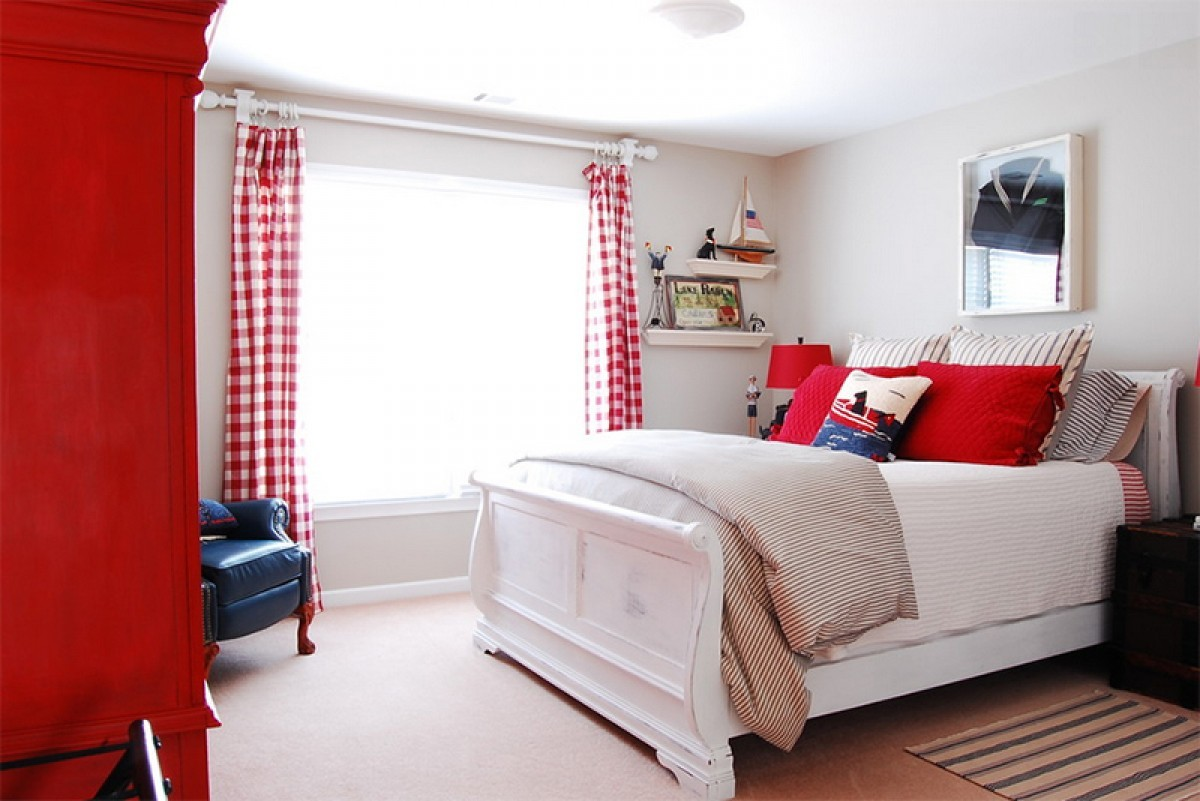 спальня в белом цвете с красными оттенками