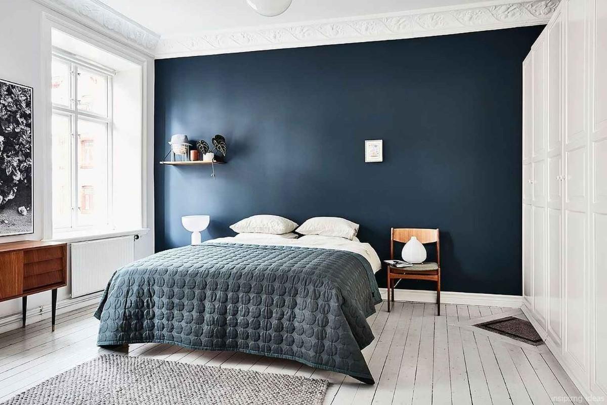 спальня в белом цвете с синей акцентной стеной