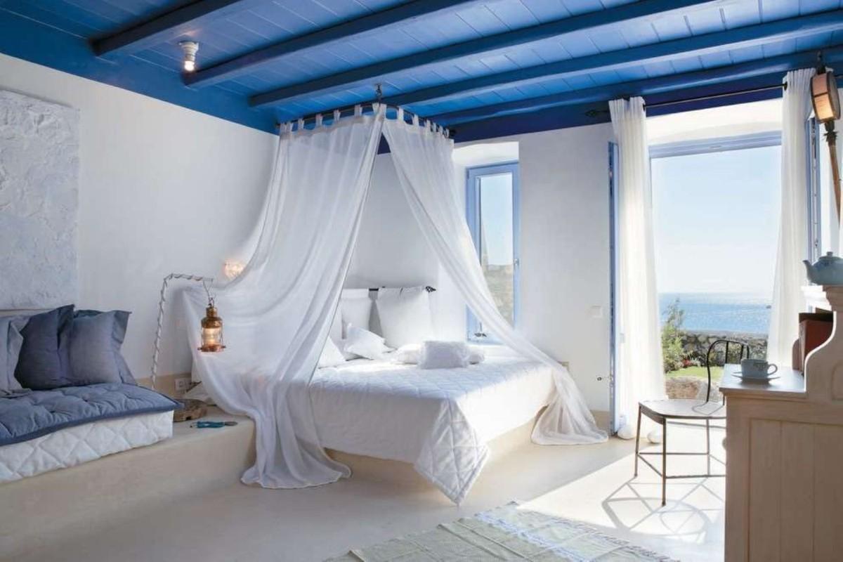спальня в белом цвете с синим потолком