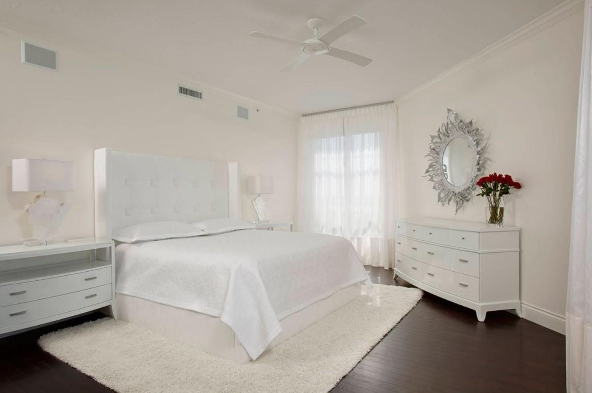 спальня в белом цвете с тёмным полом