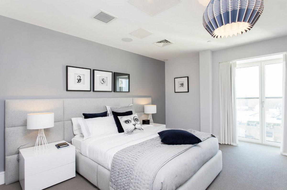 спальня в серо-белом цвете с синими акцентами