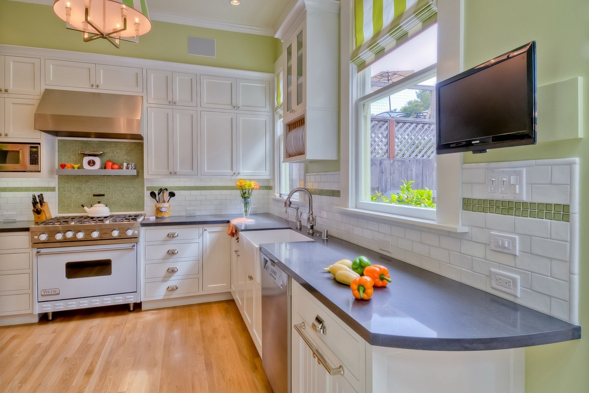 телевизор на кронштейне на кухне