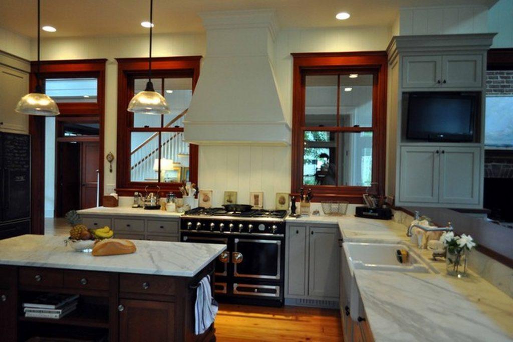 угловая кухня с телевизором фото