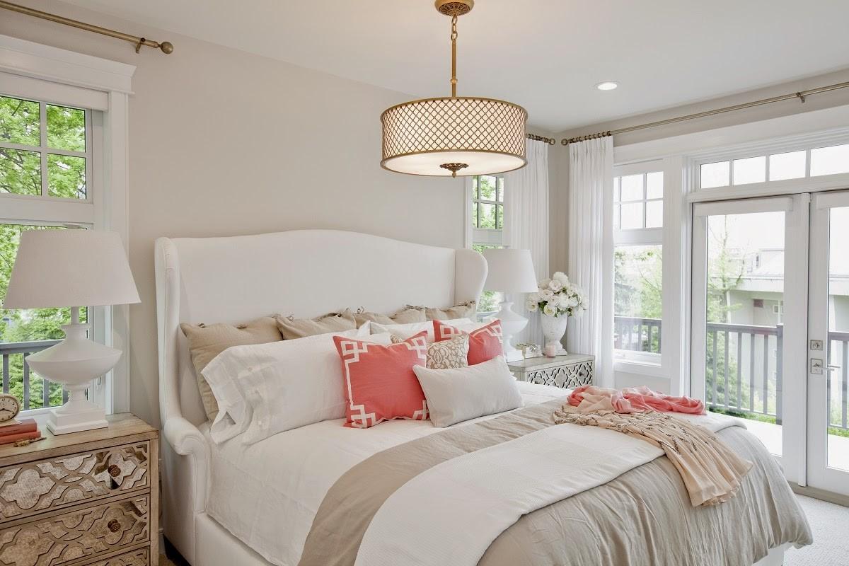 уютная спальня спальня в белом цвете кремового оттенка