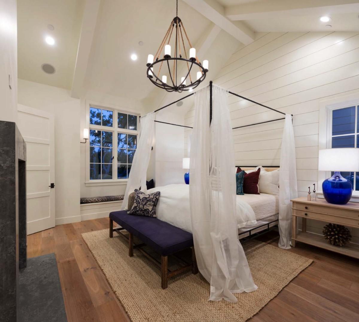 уютная спальня в белом цвете на мансарде