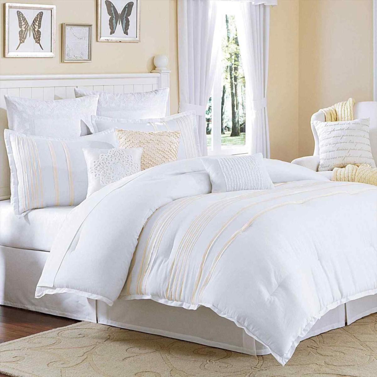 уютная спальня в белом цвете с золотыми акцентами