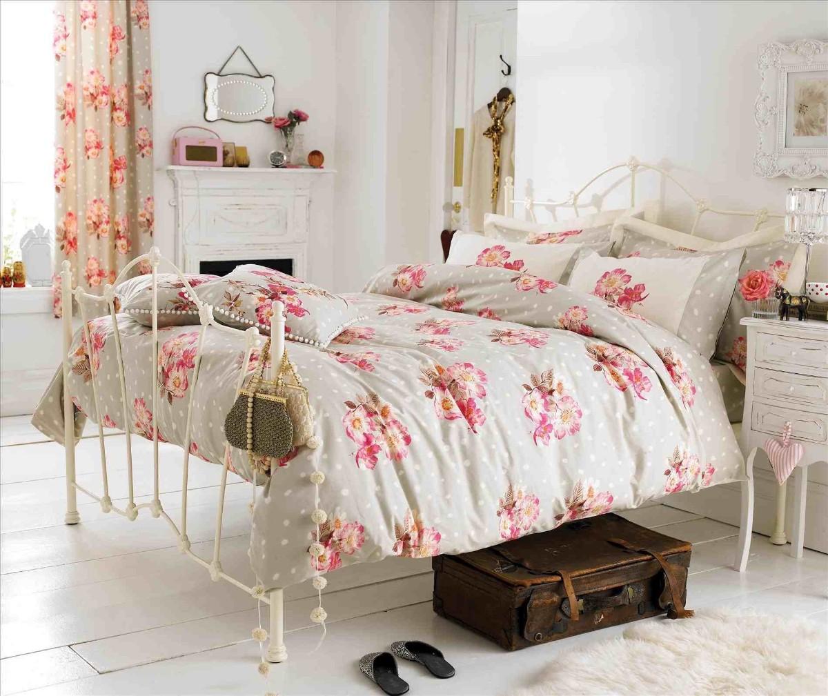 винтажная спальня в белом цвете с красными акцентами
