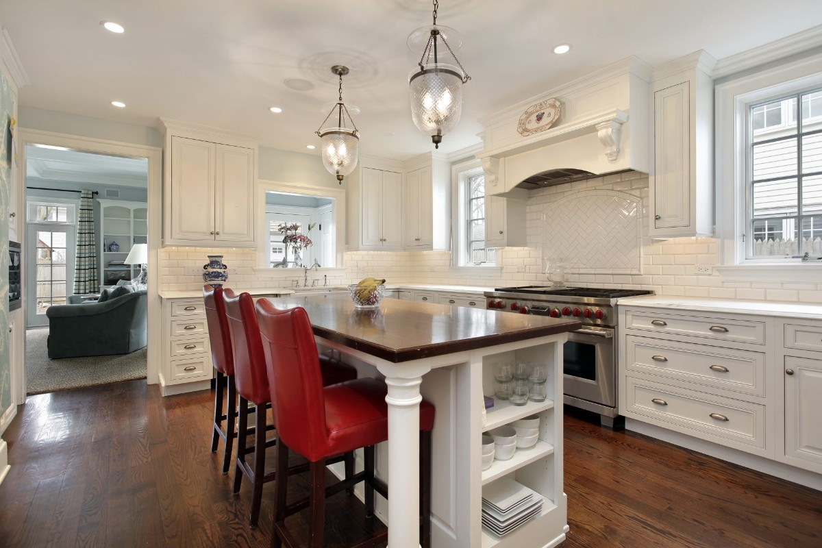 белая кухня с островом в классическом стиле