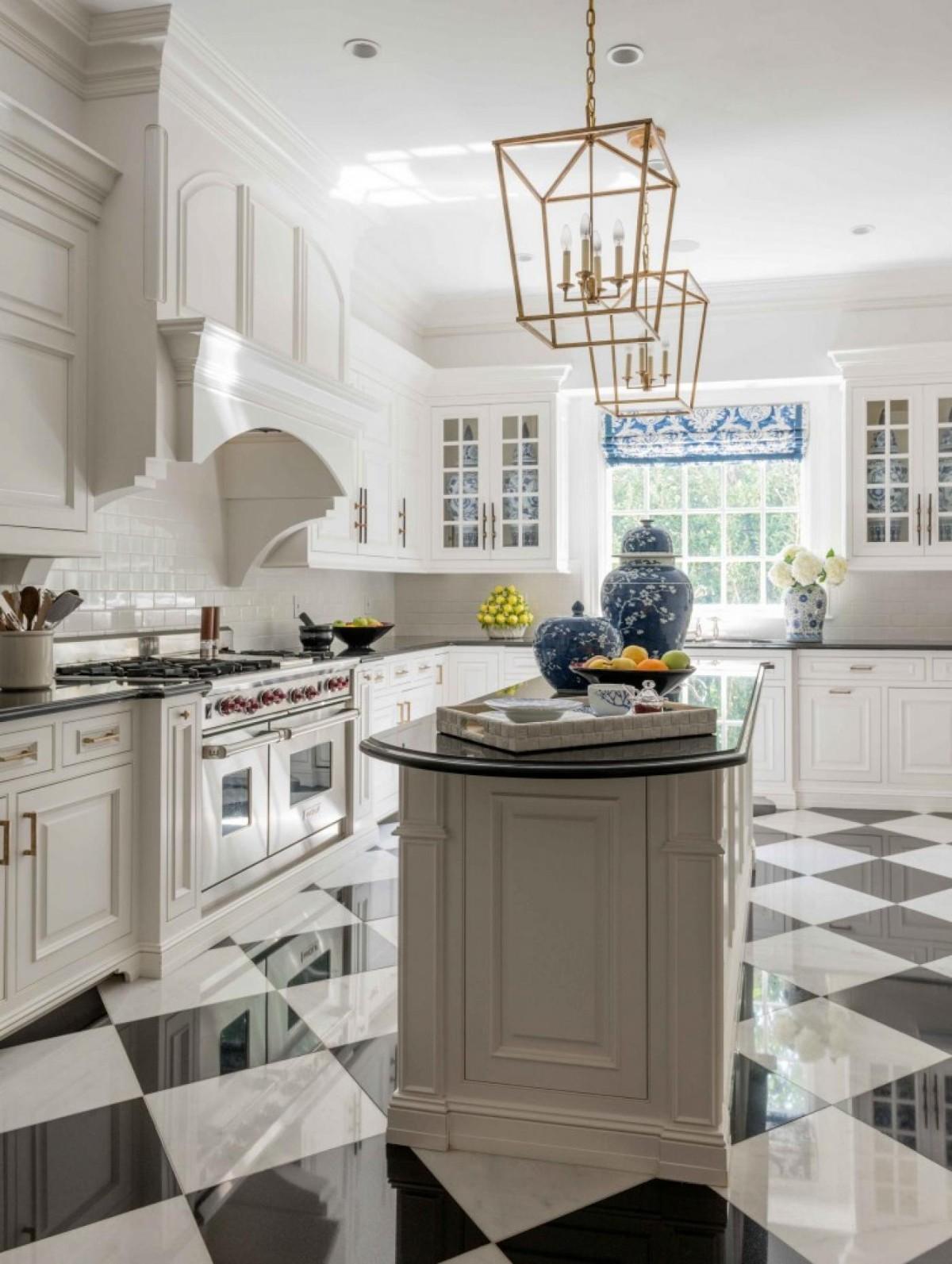 белая угловая кухня в классическом стиле керамический пол