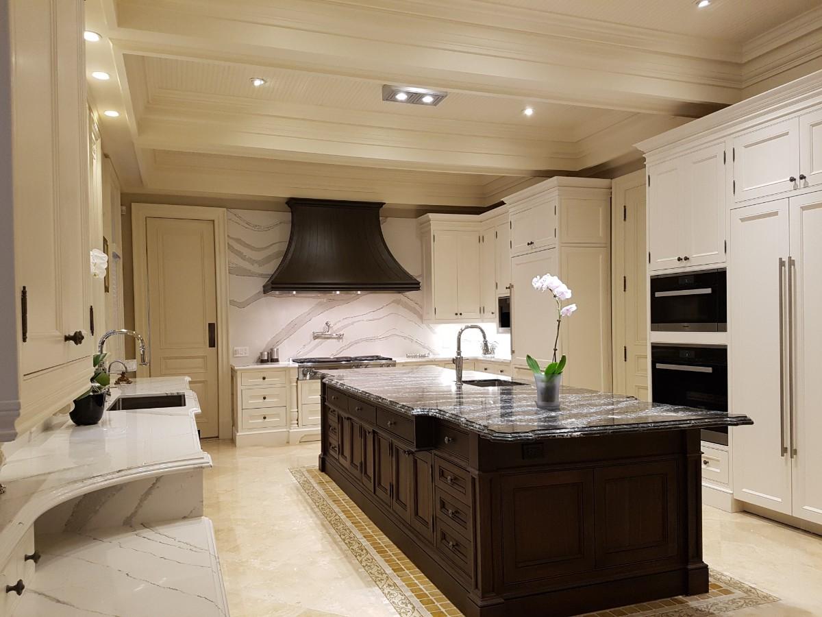 большая светлая кухня в классическом стиле с темным островом