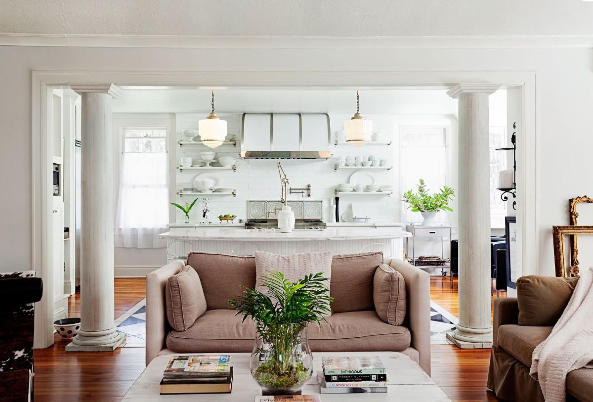 дизайн кухни гостиной с колонами в частном доме
