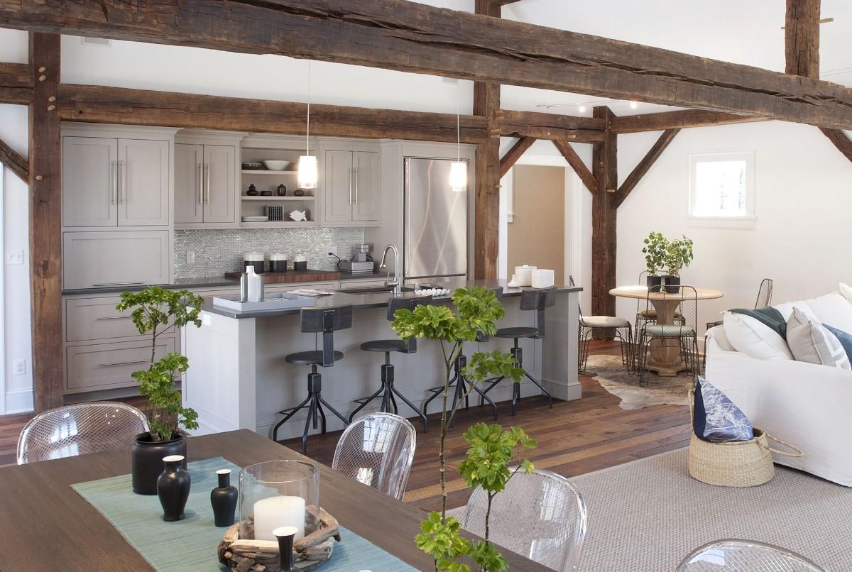 дизайн кухни гостиной в частном доме с грубыми балками