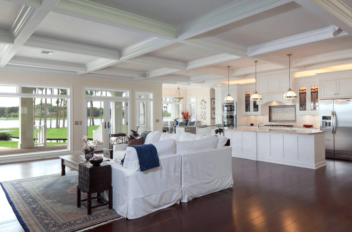 дизайн кухни гостиной в частном доме с кесонным полком