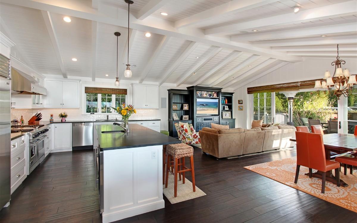 дизайн кухни гостиной в частном доме с мансардным потолком