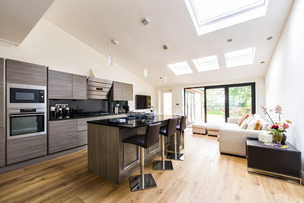 дизайн кухни гостиной в частном доме с окнами на потолке