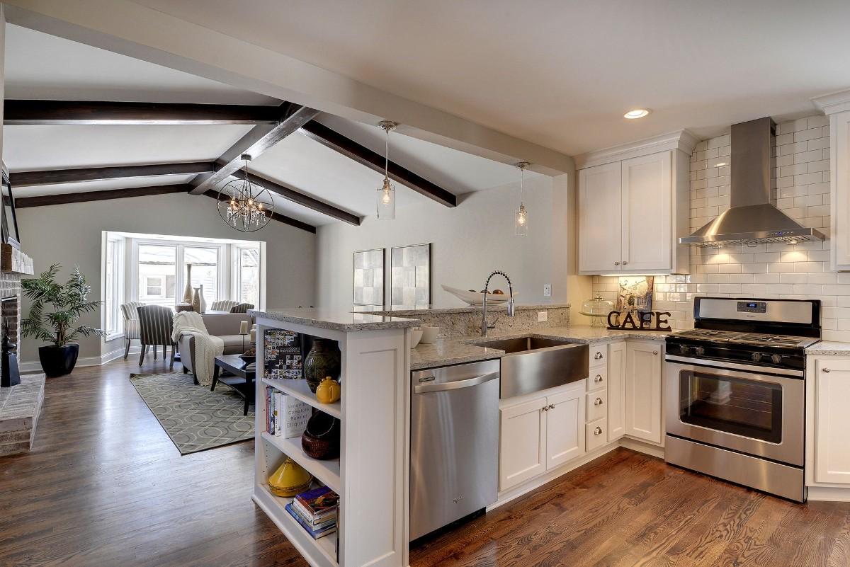 дизайн кухни гостиной в частном доме с тёмными балками