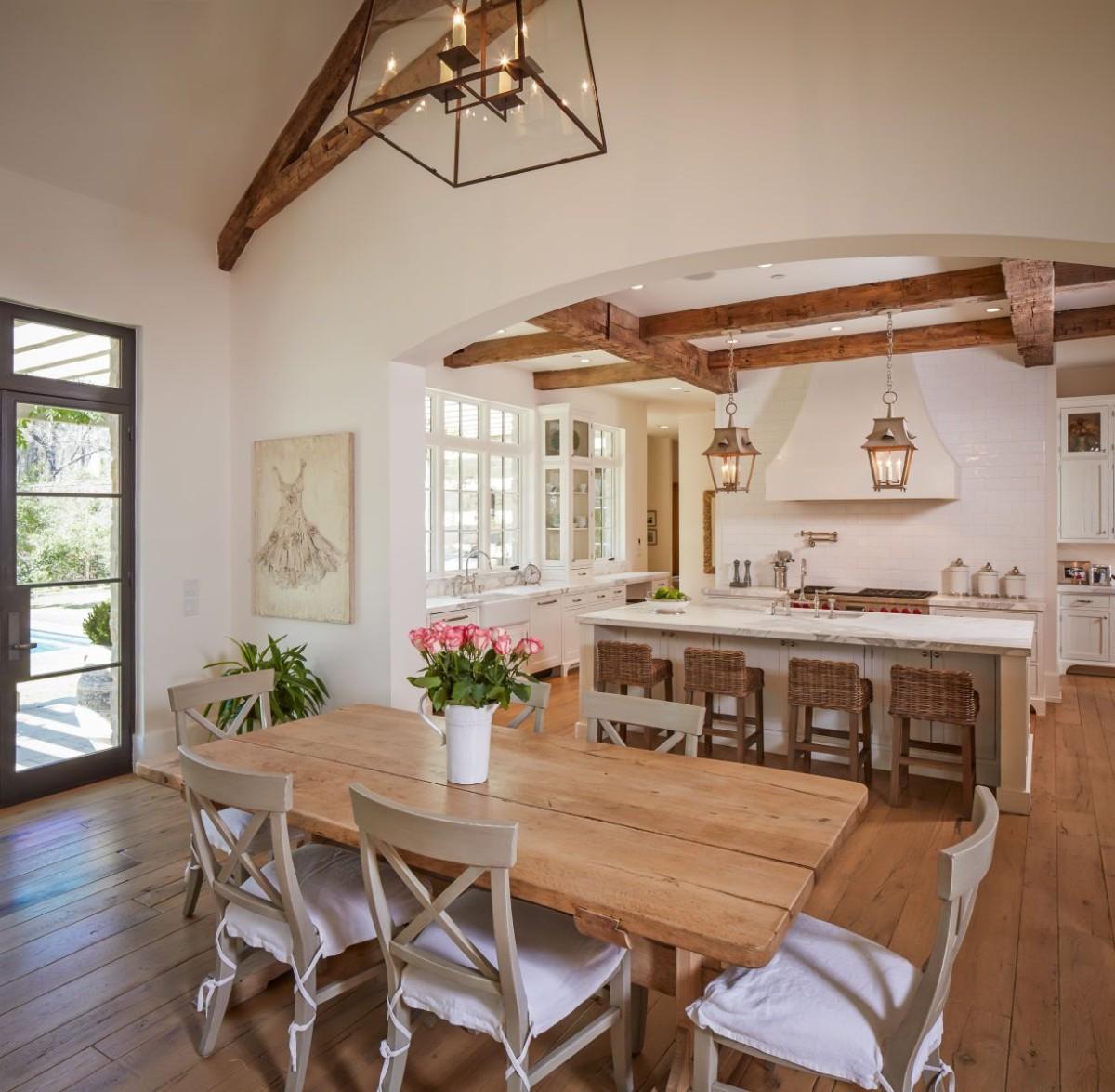 дизайн кухни гостиной в частном доме с высокими потолками