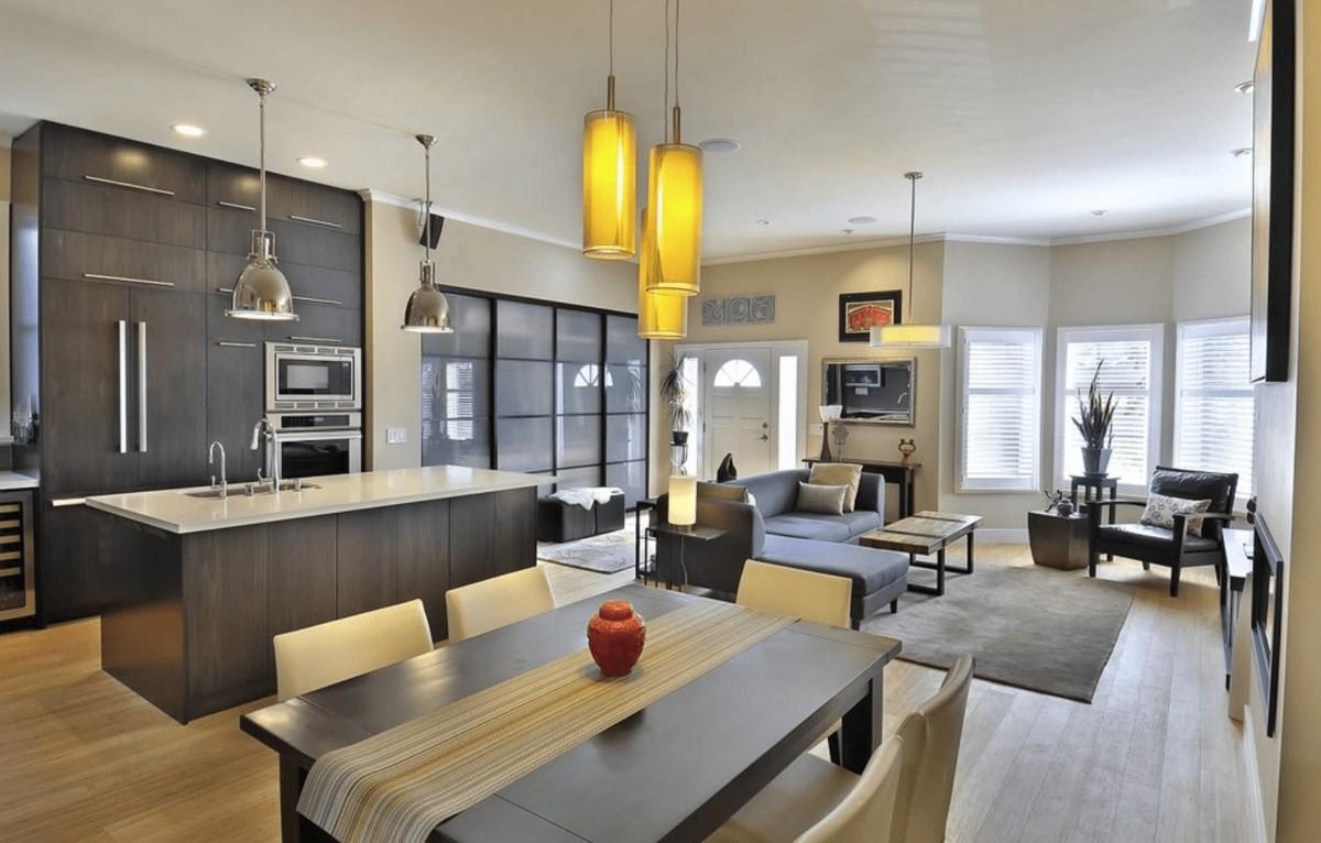 дизайн кухни гостиной в частном доме с жёлтыми светильниками