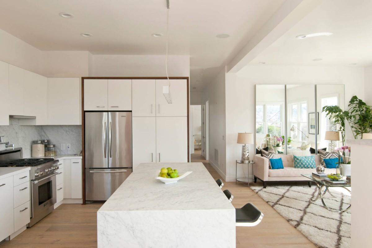 дизайн кухни гостиной в частном доме в белом цвете