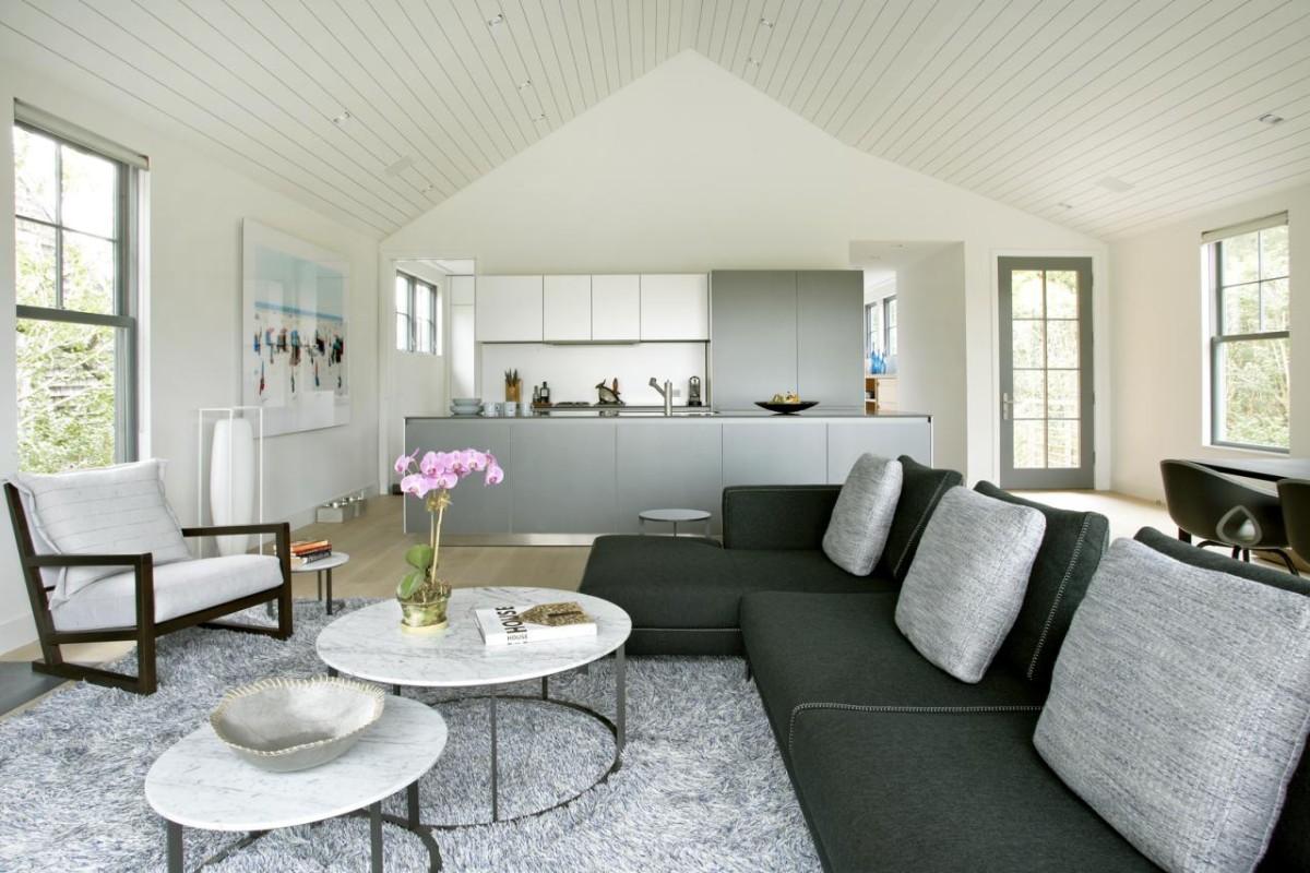 дизайн кухни гостиной в частном доме в мансарде