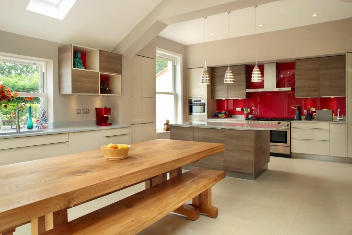 дизайн кухни гостиной в частном доме яркая акцентная стена