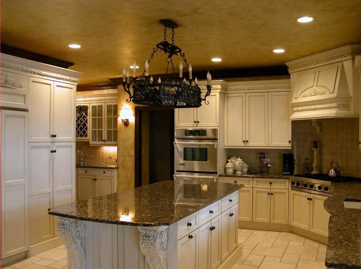 дизайн кухни в классическом стиле атмосферная люстра