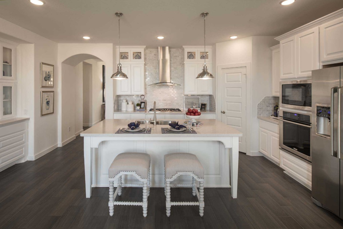 элегантная белая кухня с островом в классическом стиле