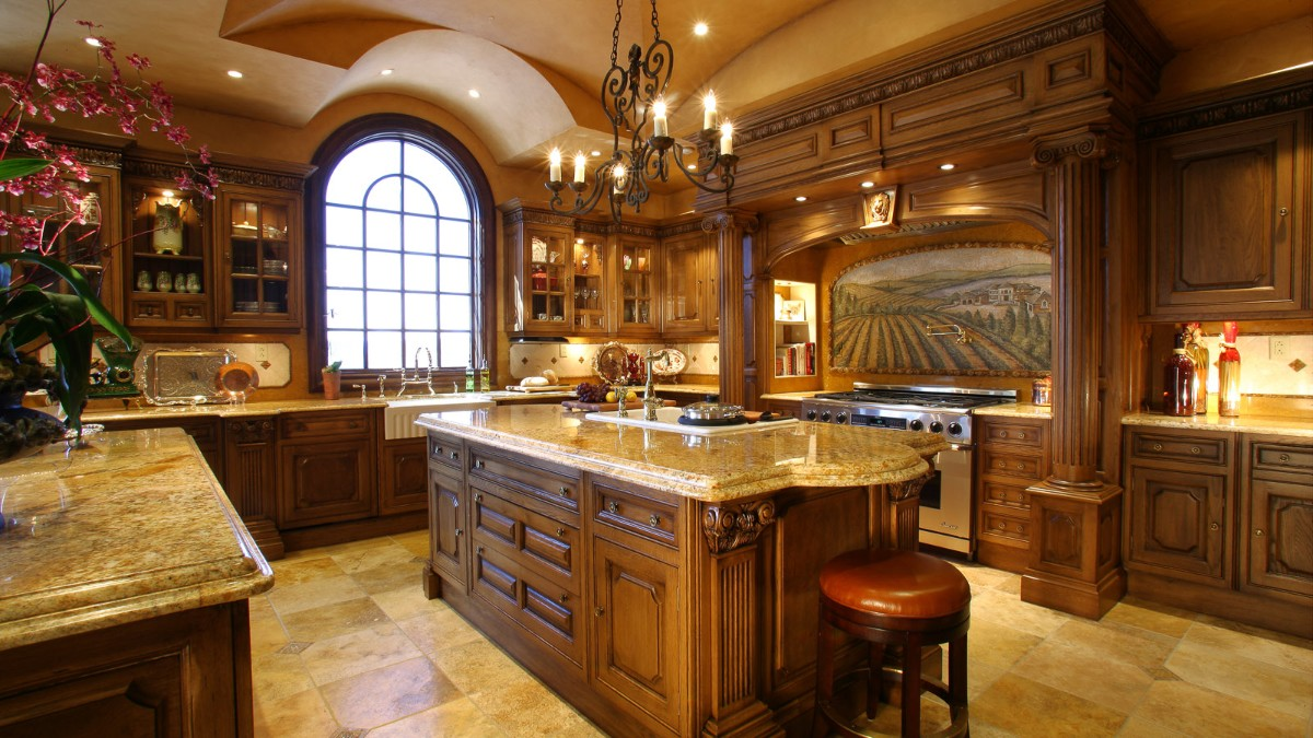 элегантная коричневая кухня в классическом стиле