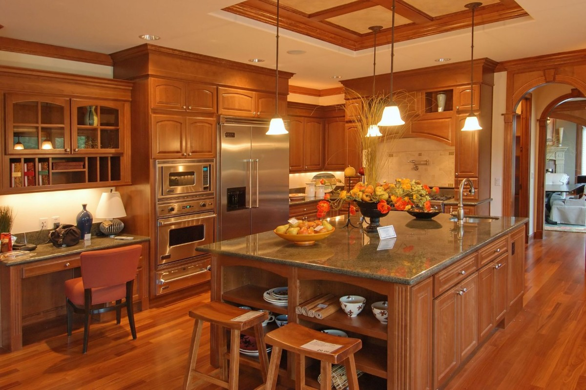 коричневая кухня в классическом стиле потолок с кесонными элементами