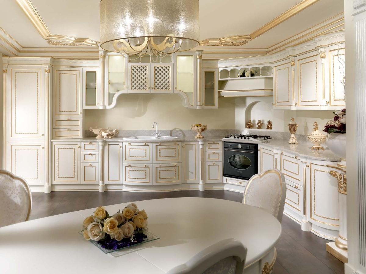 кремовая угловая кухня с позолотой в классическом стиле