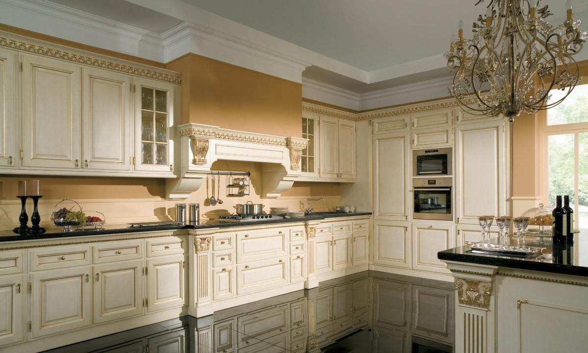 кремовая угловая кухня в классическом стиле персиковые стены