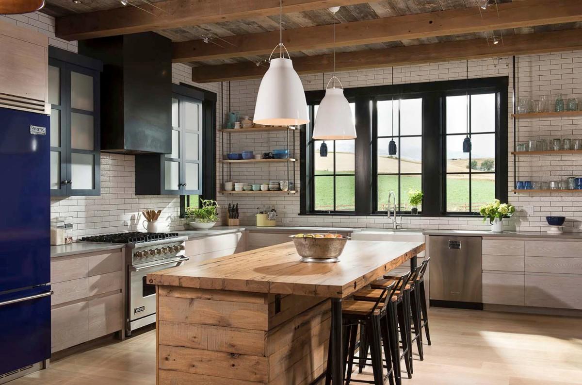 кухня гостиная в частном доме с кирпичными стенами
