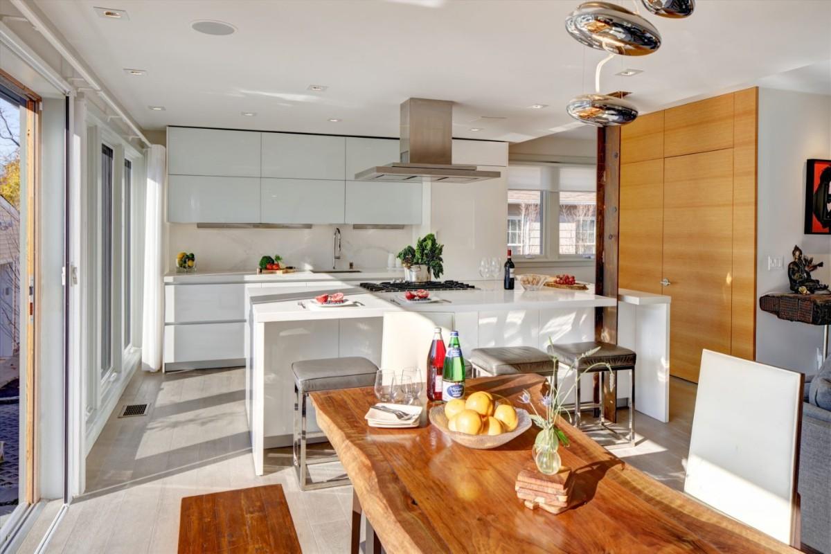 кухня гостиная в частном доме стол из дерева