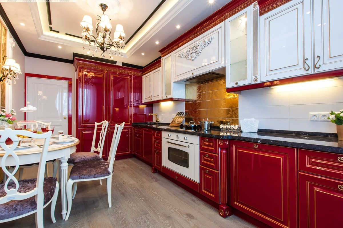 кухня в классическом стиле красный гарнитур