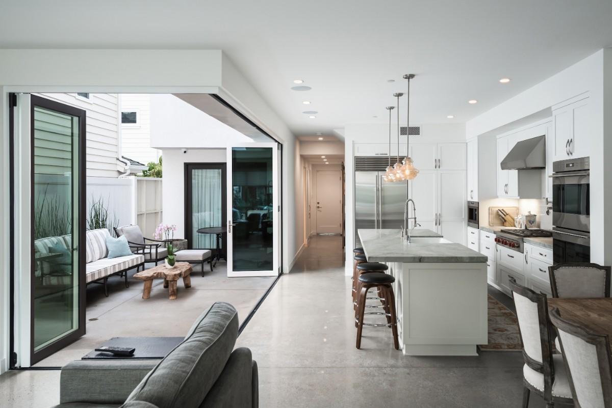 просторный дизайн интерьера кухни гостиной в частном доме