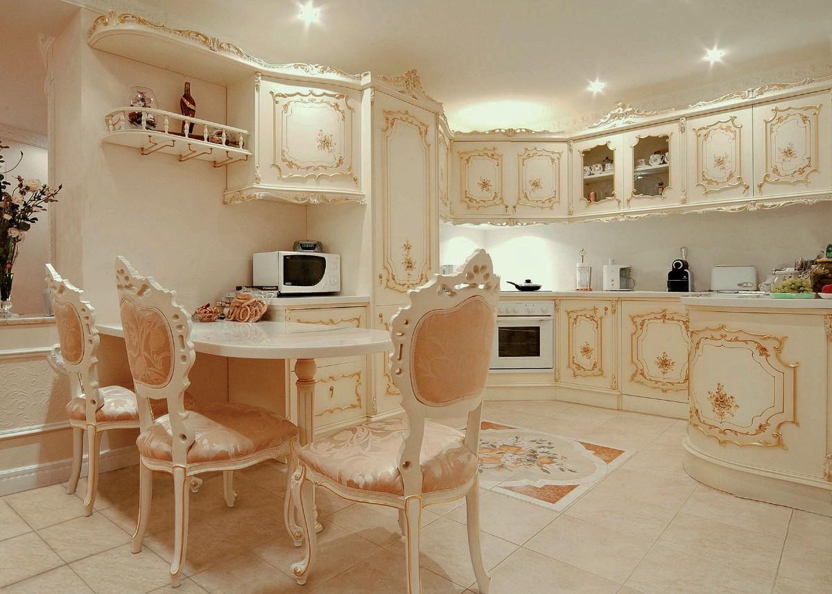 роскошная кремовая кухня в классическом стиле