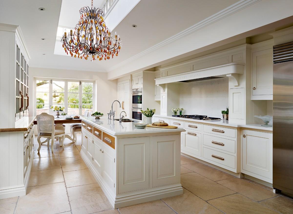 светлая кухня с островом в классическом стиле лакшери дизайн