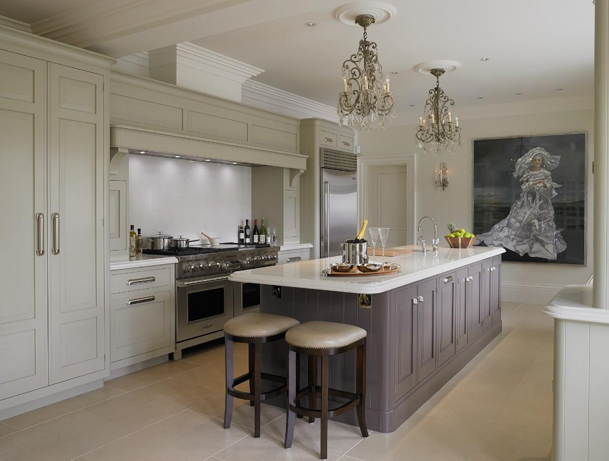 светлая кухня с островом в классическом стиле