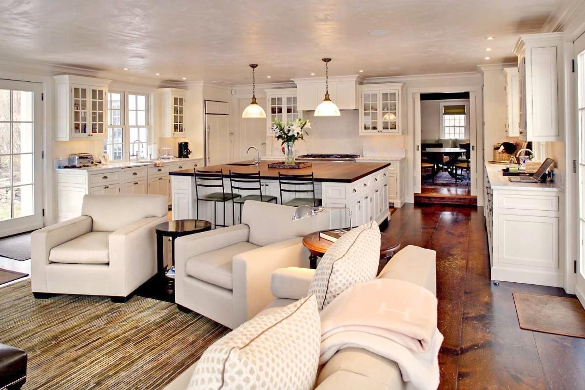 светлый дизайн интерьера кухни гостиной в частном доме