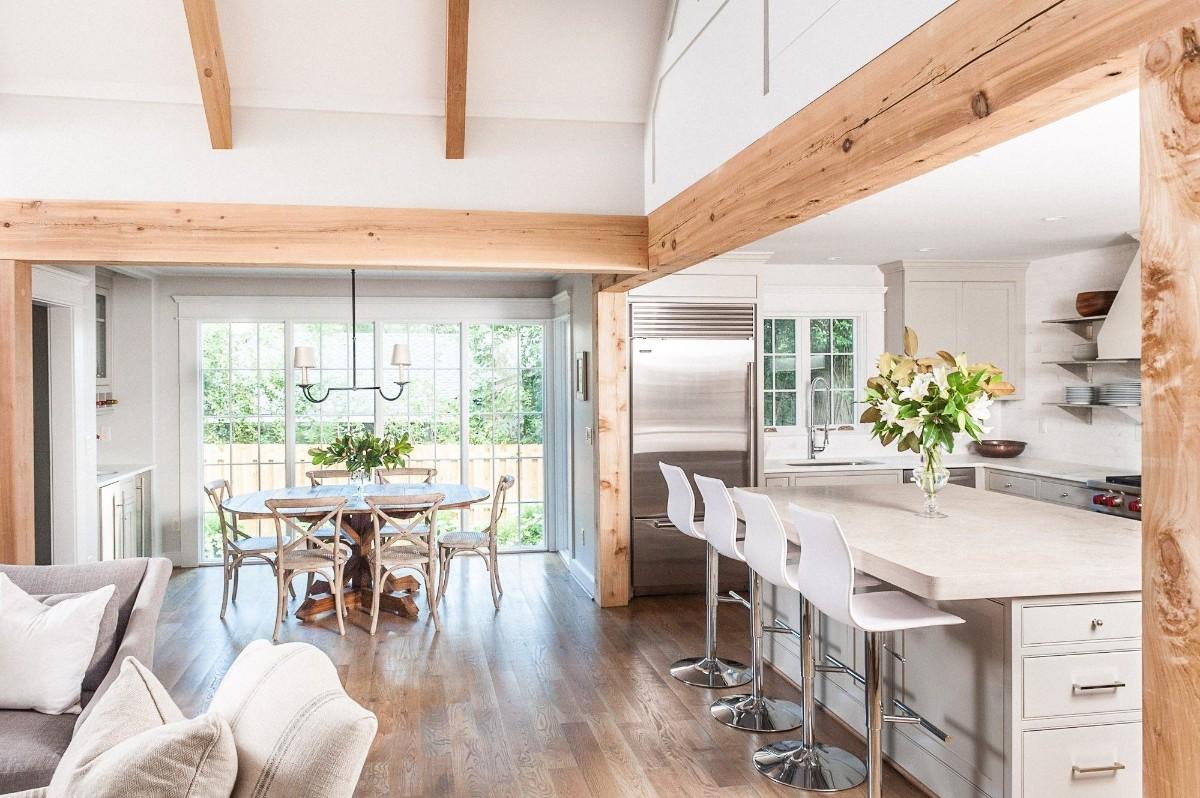 светлый дизайн кухни гостиной в частном доме