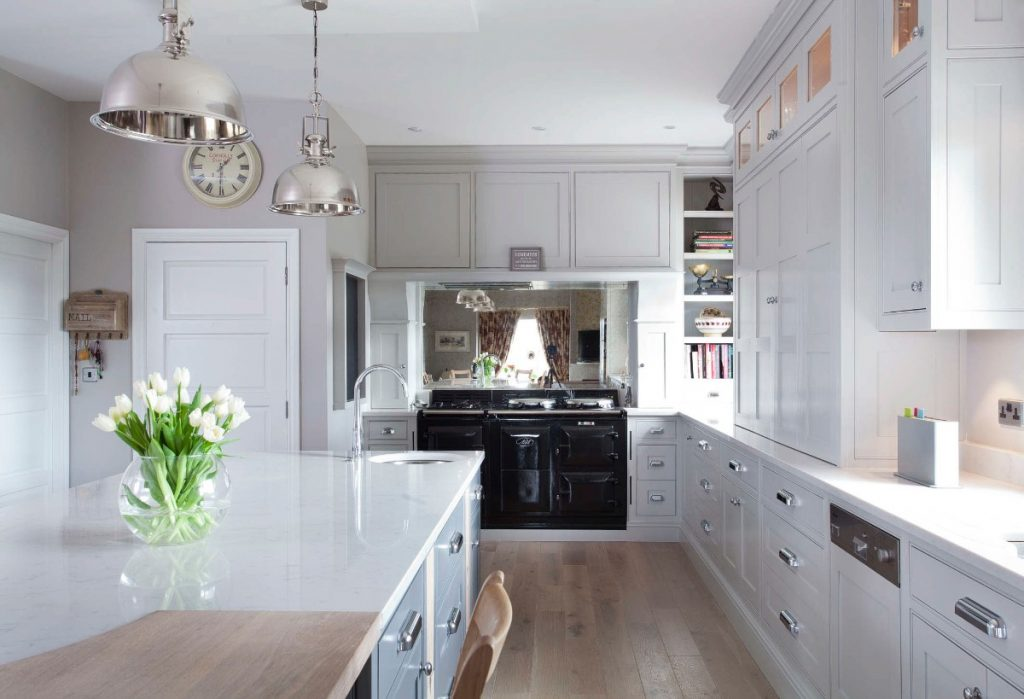 белая глянцевая столешница в дизайне кухни