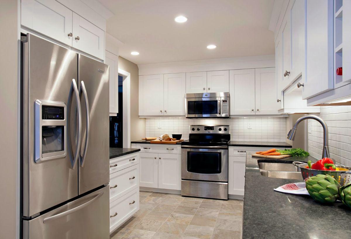 белая кухня в стиле неоклассика