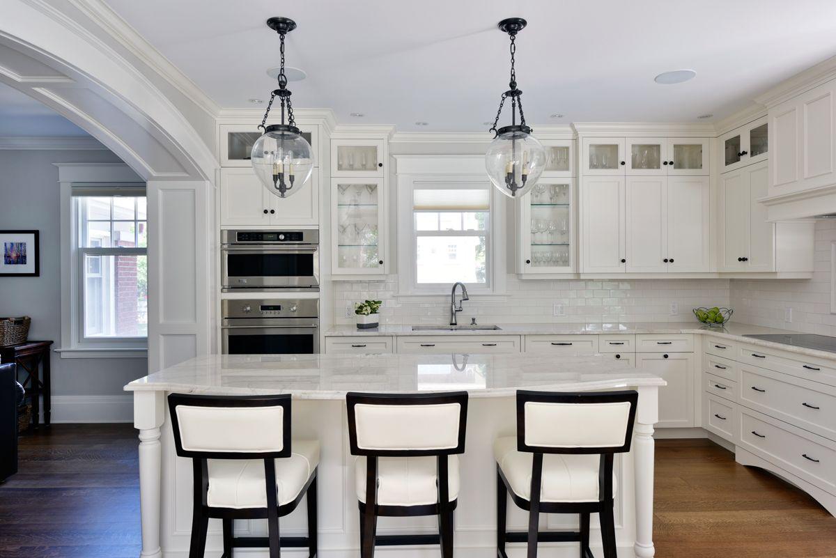 белая островная кухня в стиле неоклассики