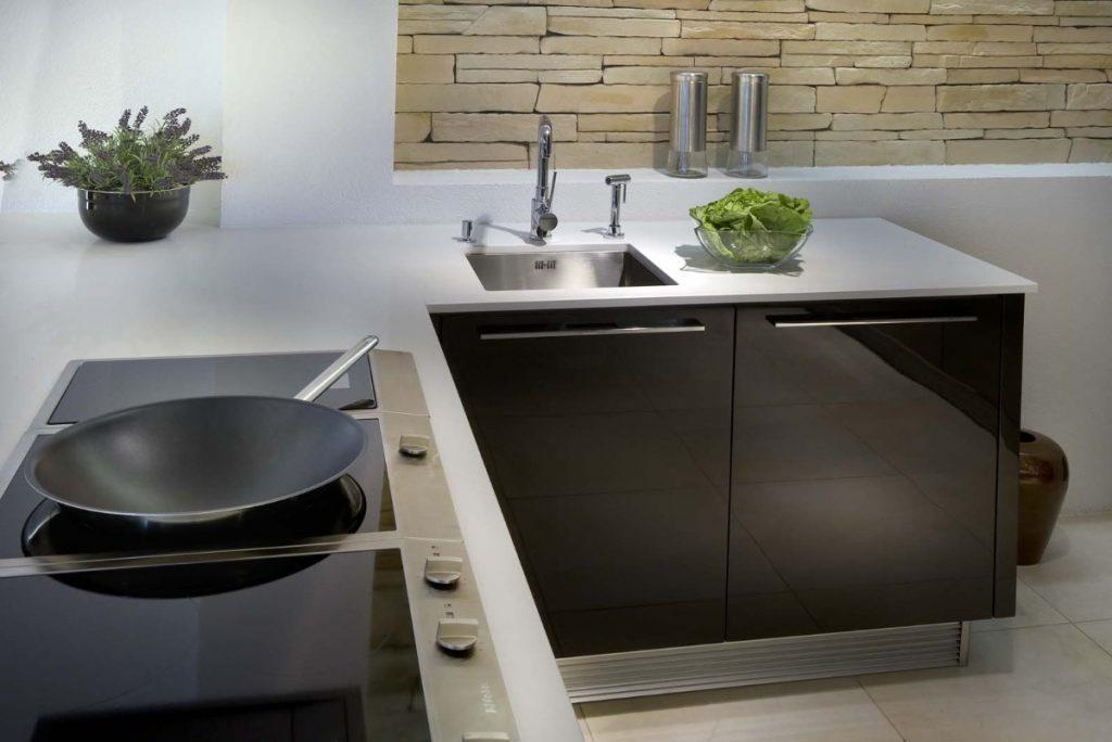 белая столешница для кухни в стиле хай тек