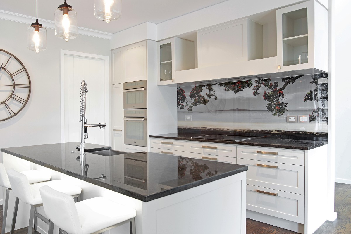 белая столешница в дизайне белой кухни