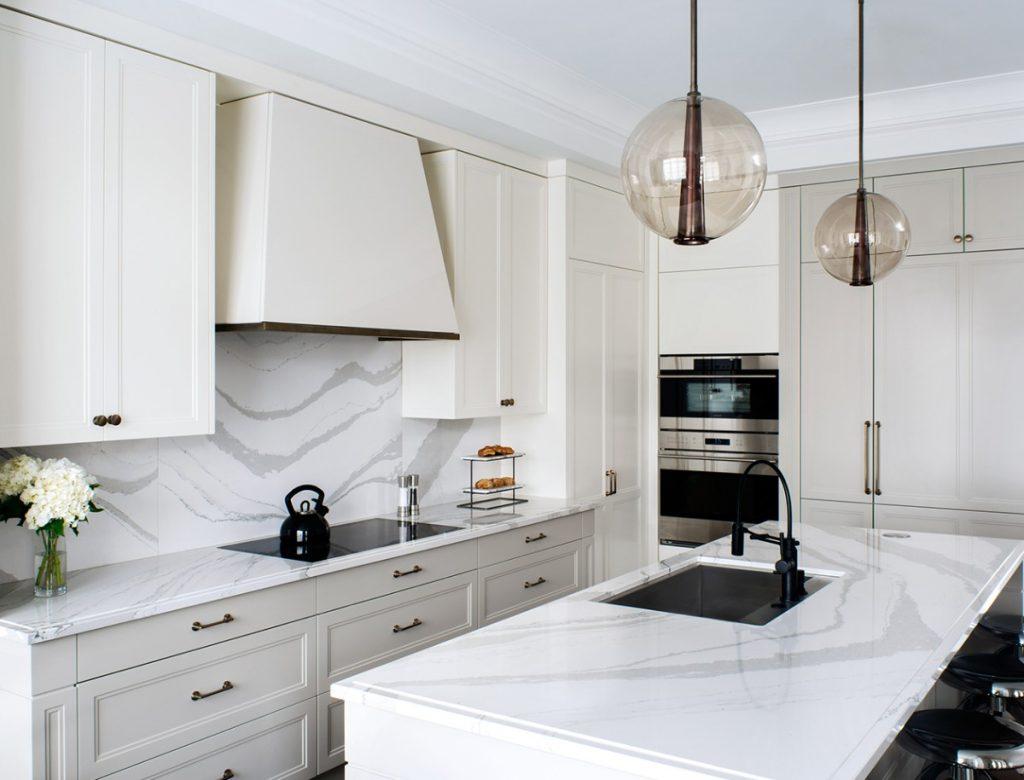 белая столешница в дизайне маленькой кухни