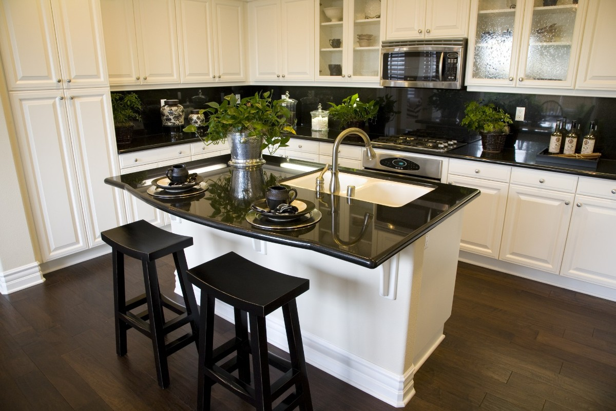 чёрная глянцевая столешница для белой кухни