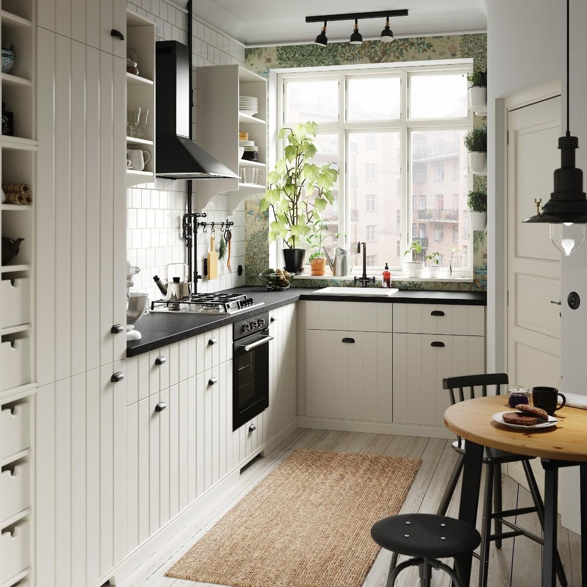 чёрная матовая столешница для белой кухни